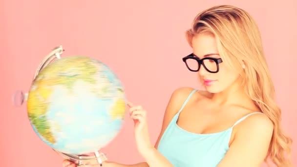 snaživý žena s zeměkoule