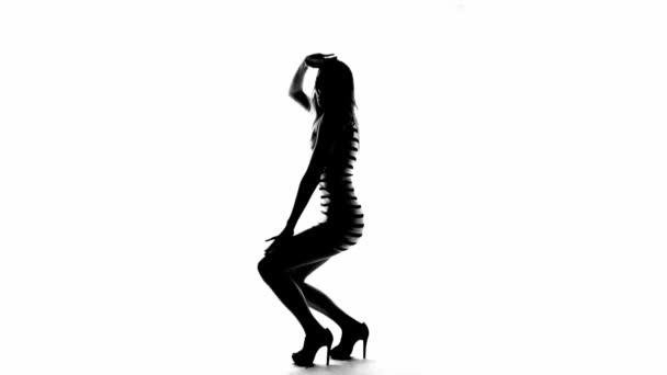 Sziluettjét szőke nő a csíkos ruha tánc