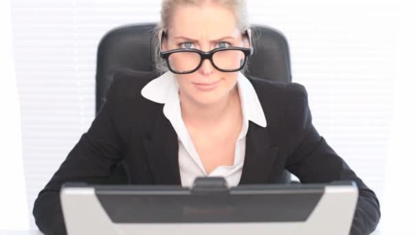 zábava portrét ženy nosit obrovské brýle