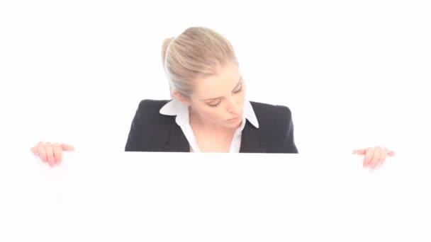usmívající se žena držící prázdné vizitky