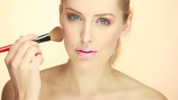 portrét blond ženy použití make-up