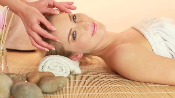 masáž hlavy v lázních