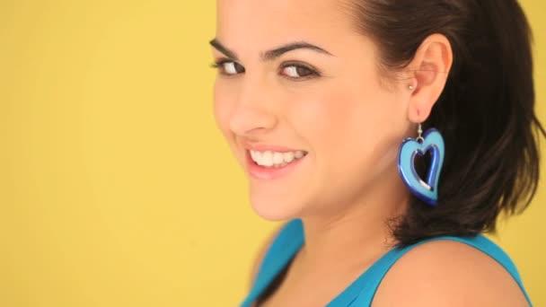 šťastné usmívající se žena v modrém