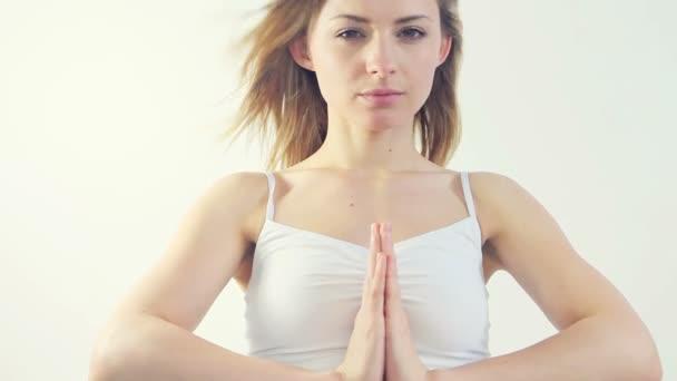 krásná žena, která dělá jógu