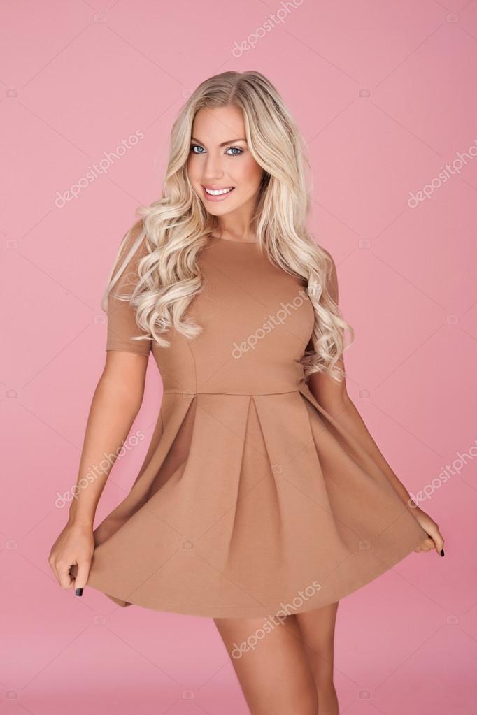 elegante mujer rubia en minifalda — Fotos de Stock © nelka7812 #21015577