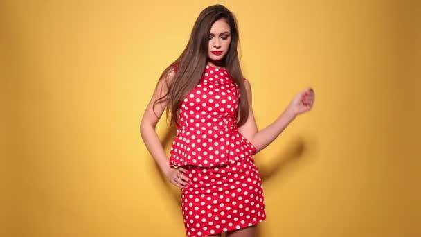 červené puntíky šaty