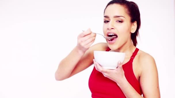 usmívající se žena jíst obiloviny