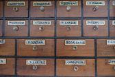 gabinetto di cassetti con etichette dannate