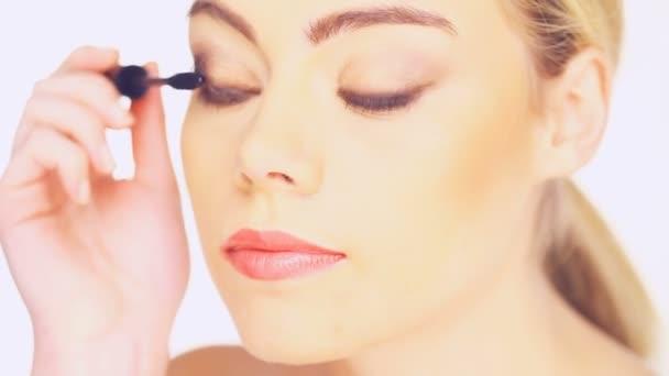 Beauty woman applying mascara