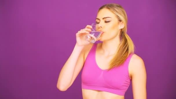 fitness žena pitné vody