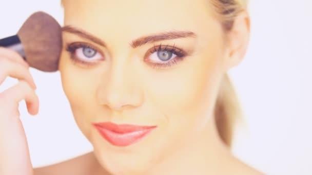 žena použití tvářenka štětcem kosmetiky