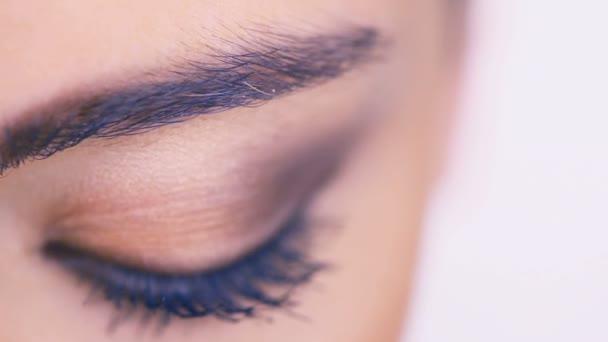 closeup ženské oko s oční stíny