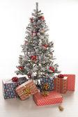 díszdobozok csomagolva a karácsonyfa alatt