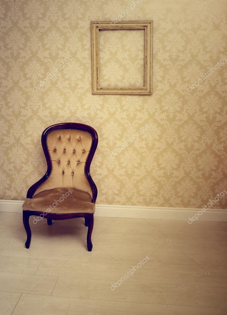 antigua Silla tapizada en un cuarto tapizado — Foto de stock ...