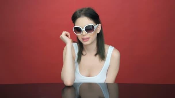 krásná mladá žena v módní sluneční brýle