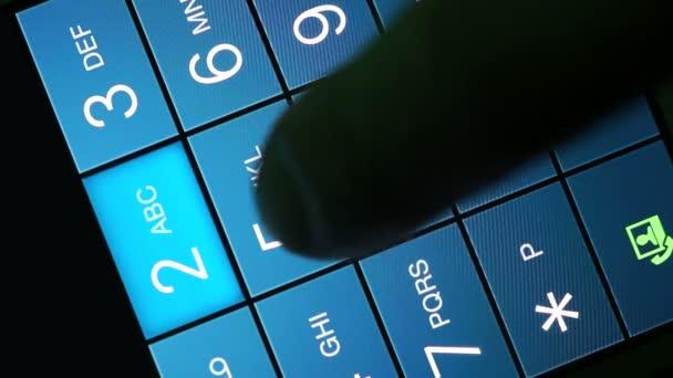 muž ruka je vytáčení telefonního čísla