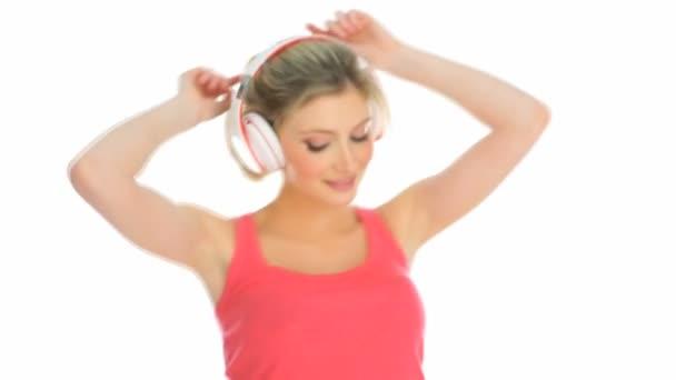 šťastné blond žena užívat hudbu