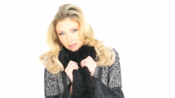 sexy Blondine trägt Dessous und Mantel