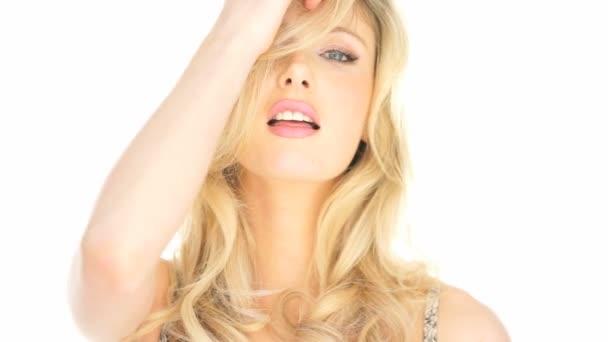 Szexi szőke nő haja játszó