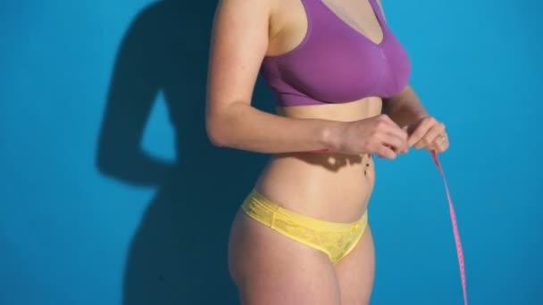 fitness žena měření její tělo