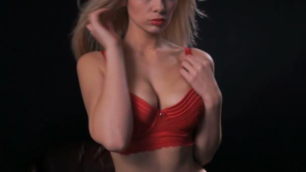 sexy blond žena nosí červené spodní prádlo fotoaparát