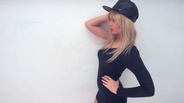 szexi nő viselt fekete bőr kalapot és fehér ruhát