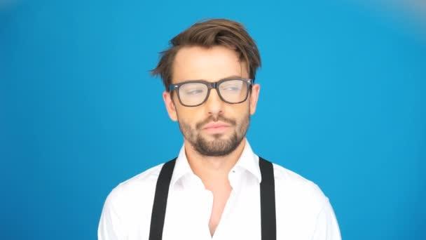muž nosí brýle