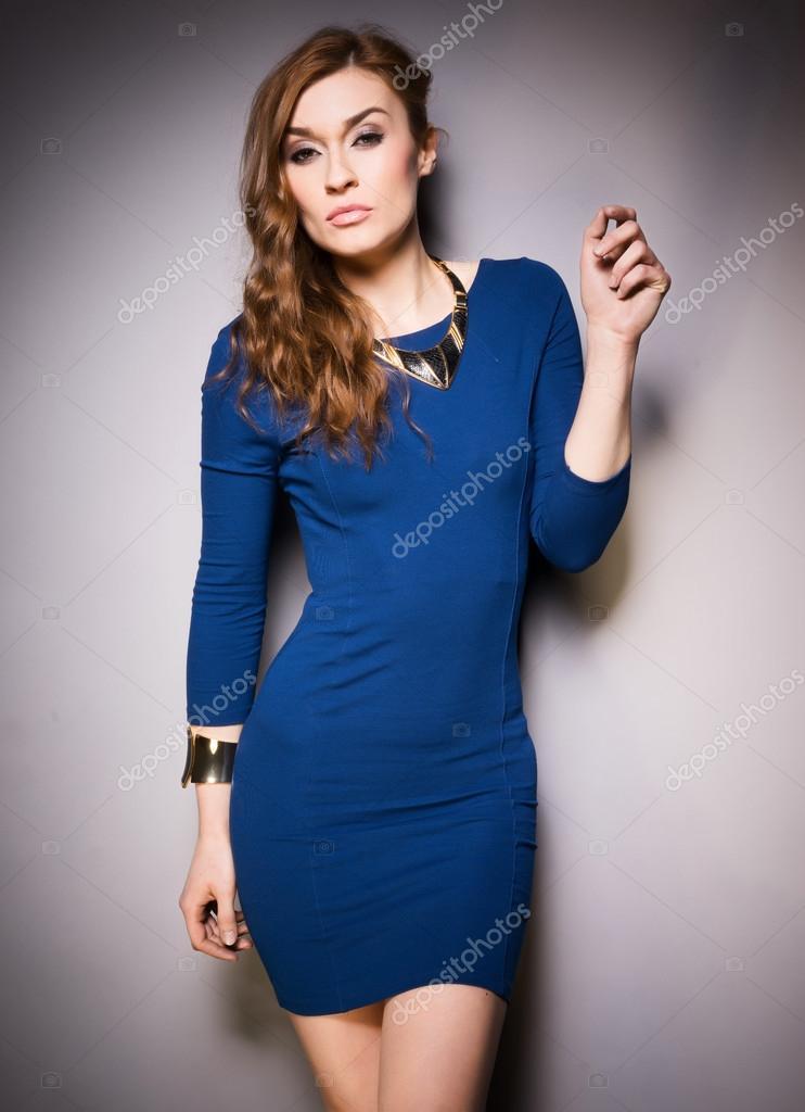 online retailer 974d4 8168b Elegante donna che indossa il vestito blu — Foto Stock ...