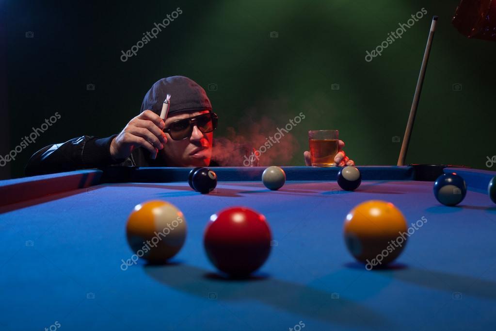 Мужчина за столом в клубе клуб скай в москве