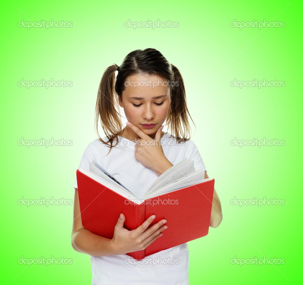 Fille mignonne intelligente avec twintail coiffure et une expression du  visage pensive, lecture d un livre rouge, portrait sur vert — Image de  nelka7812 c0464bbf8229