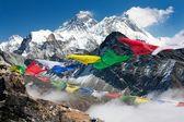 pohled na Everestu gokyo ri s modlitební praporky - Nepál