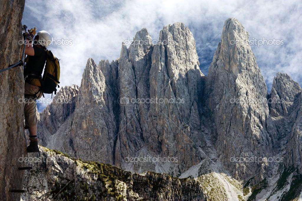 Klettersteig Ferrata : Bergsteiger auf der via ferrata oder klettersteig in italien
