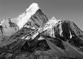 černobílý pohled na ama dablam - cesta k everest základní tábor - Nepál