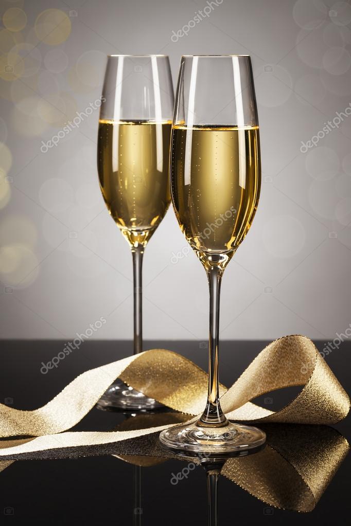 001503a1d70860 twee glazen van champagne met een gouden lint — Stockfoto © RobStark ...