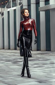 Frau im Latex-Kostüm