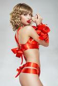 Sexy žena svázán s červenou dárkový hadr