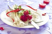 Fotografie servierten Teller mit Servietten und Rose in Valentinstag