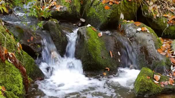 vodopády na řece malých horských