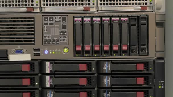 Blinkende Leds des Server-Stacks mit Festplatten in einem Rechenzentrum