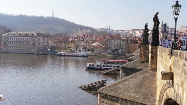 řeka vltava pod Karlovým mostem v Praze