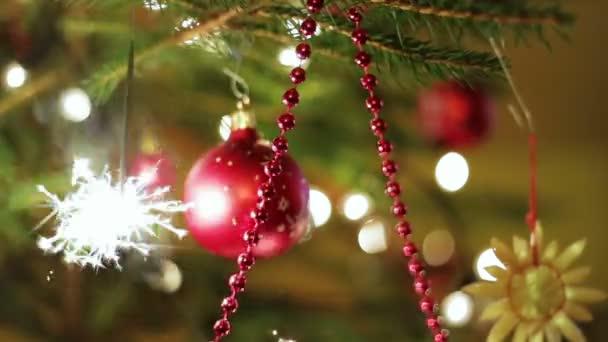 Karácsonyfa a színes golyók, és égő, csillagszóró