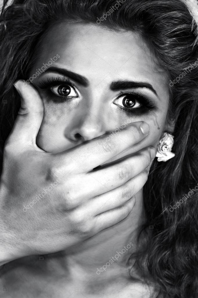 Hand schließen den Mund des Mädchens — Stockfoto © oneinamillion ...