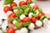 Salát Caprese. špejle s rajčaty a mozzarellou s bazalkou