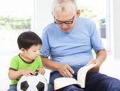 Fotografie Großvater ein Geschichtebuch zu lesen, für seinen Enkel