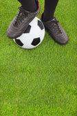 futball játékos láb és a labdarúgó pályán