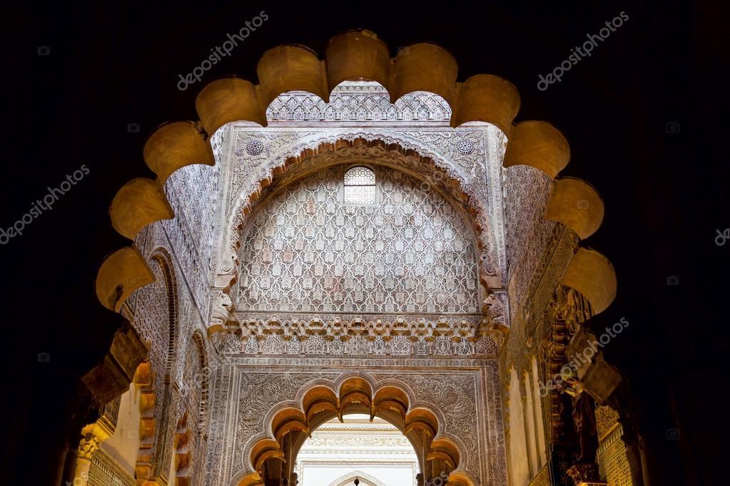 Moskee boog interieur detail met mooie decoratie u stockfoto