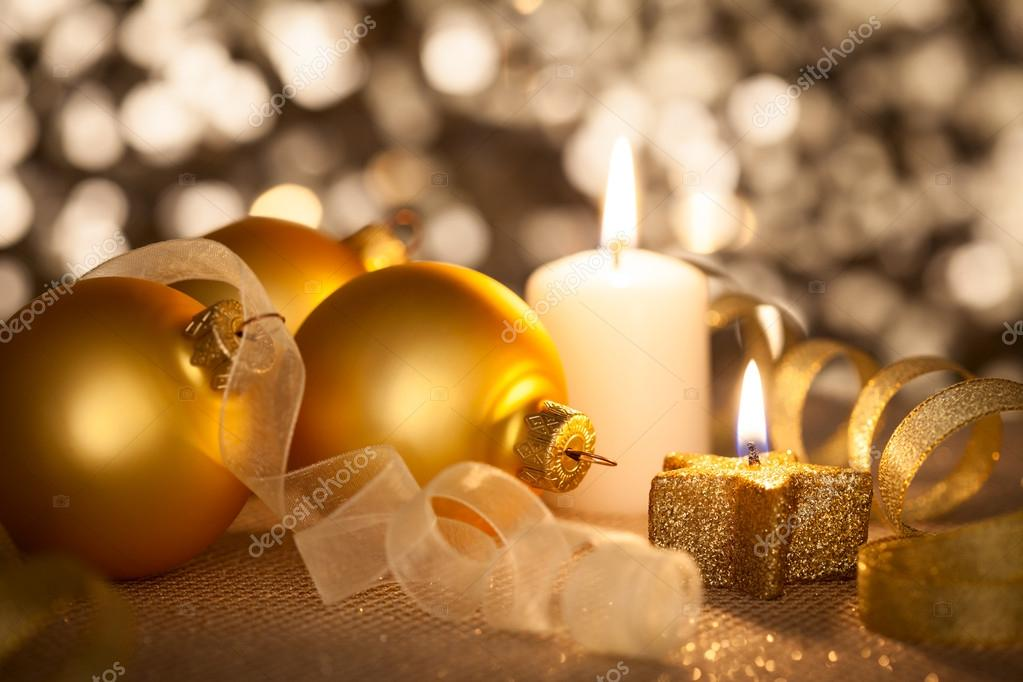 goldene weihnachten hintergrund mit kerzen kugeln und. Black Bedroom Furniture Sets. Home Design Ideas