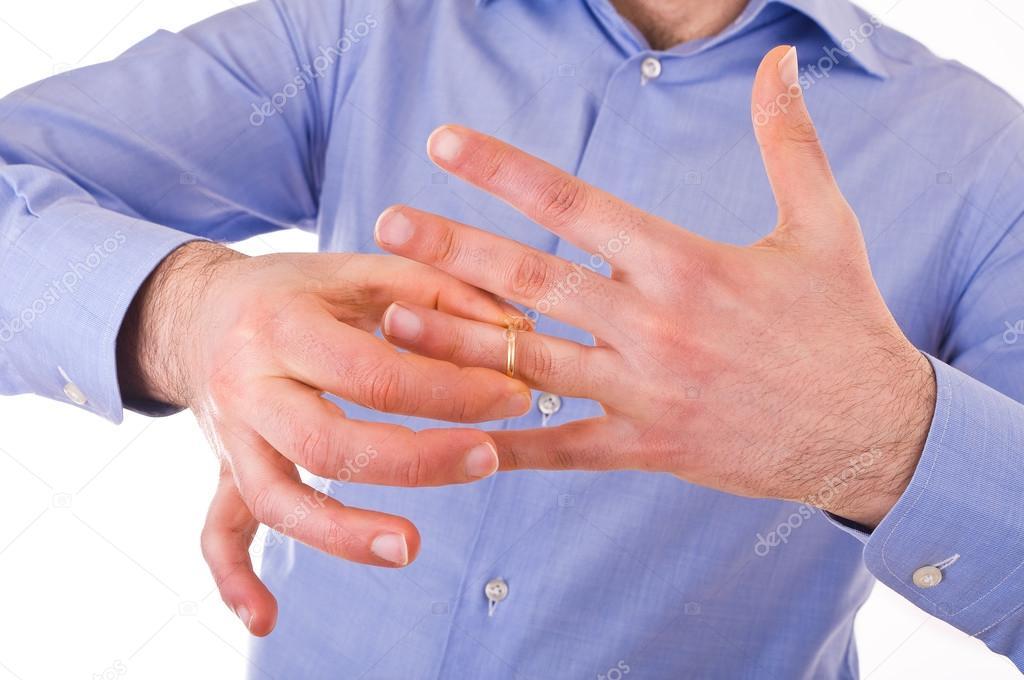 hombre quitarse su anillo de bodas de oro — Fotos de Stock © milla74 ...