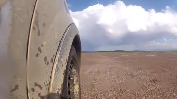 auto v pohybu o prašnou cestu. pohled z vozidla