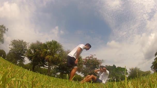 dělat sedy-lehy, cvičení s osobním trenérem. fitness
